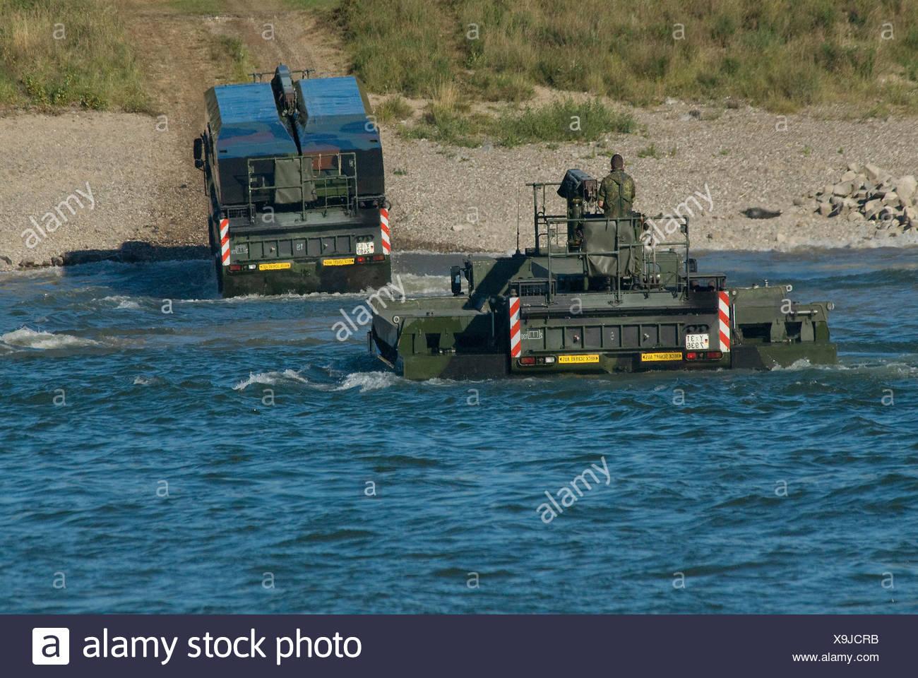 Dos M3 vehículos anfibios de la Bundeswehr, el ejército federal, surgiendo del Rin, uno con las aletas plegadas Imagen De Stock