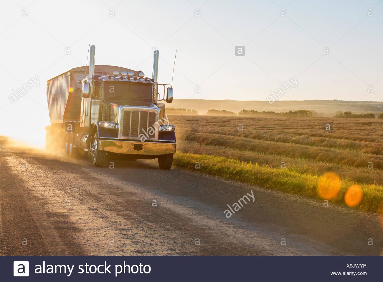 Camión conducir en carreteras rurales soleado Imagen De Stock