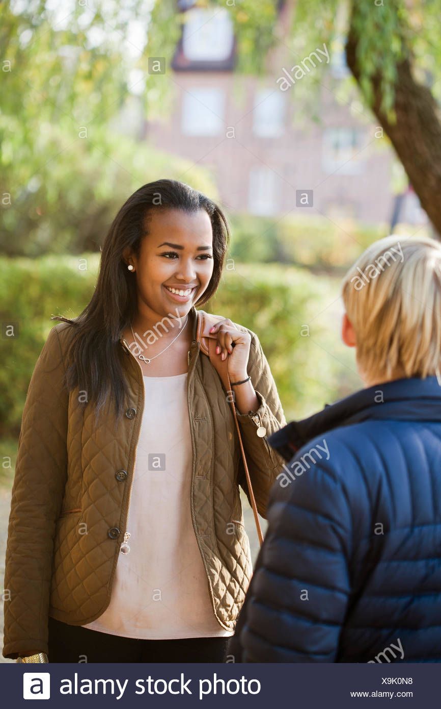 Suecia, Sodermanland, Strangnas, amigos adolescentes (16-17) hablando en el parque Imagen De Stock