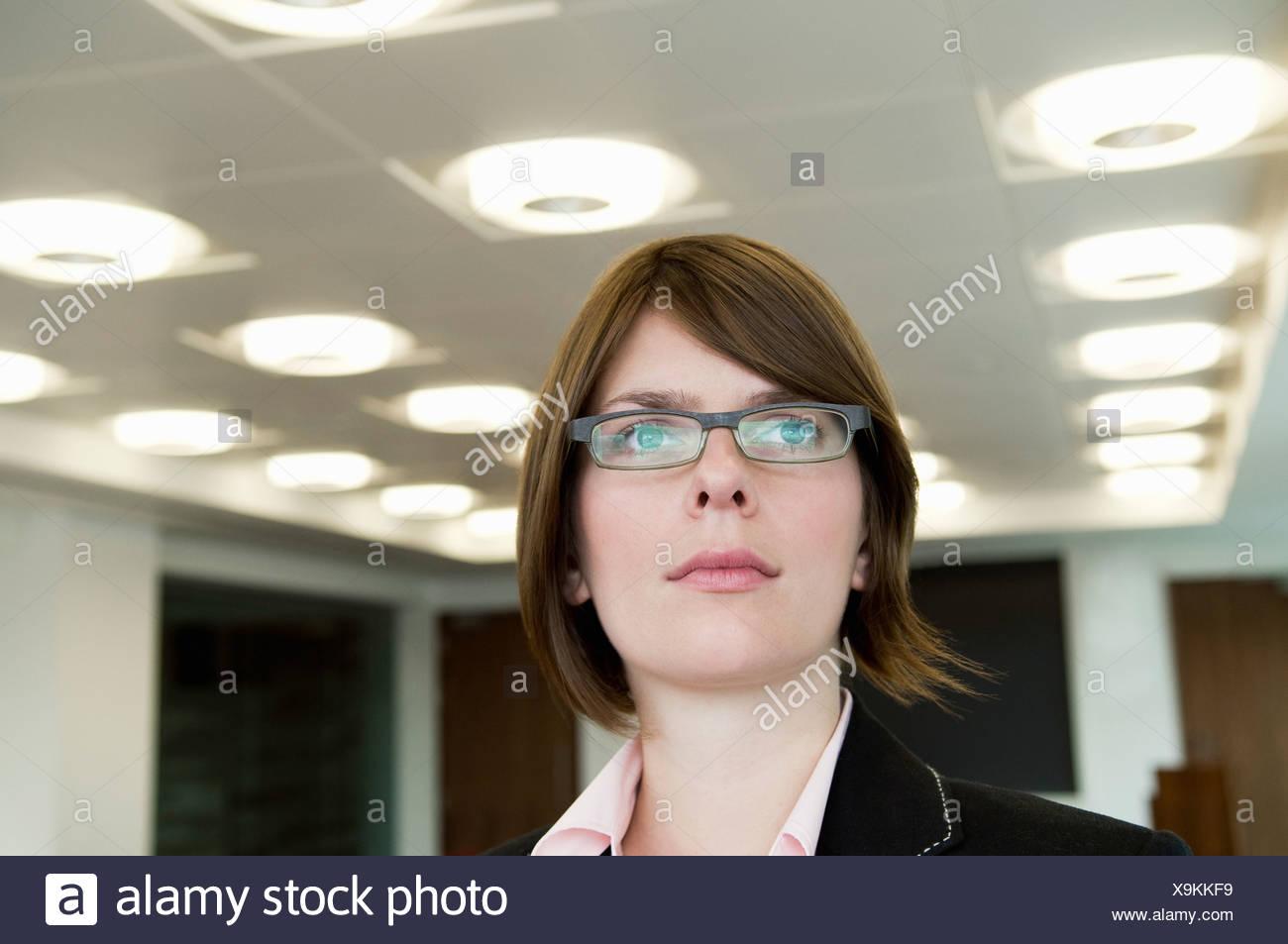 Un disparo a la cabeza de una mujer de negocios Imagen De Stock