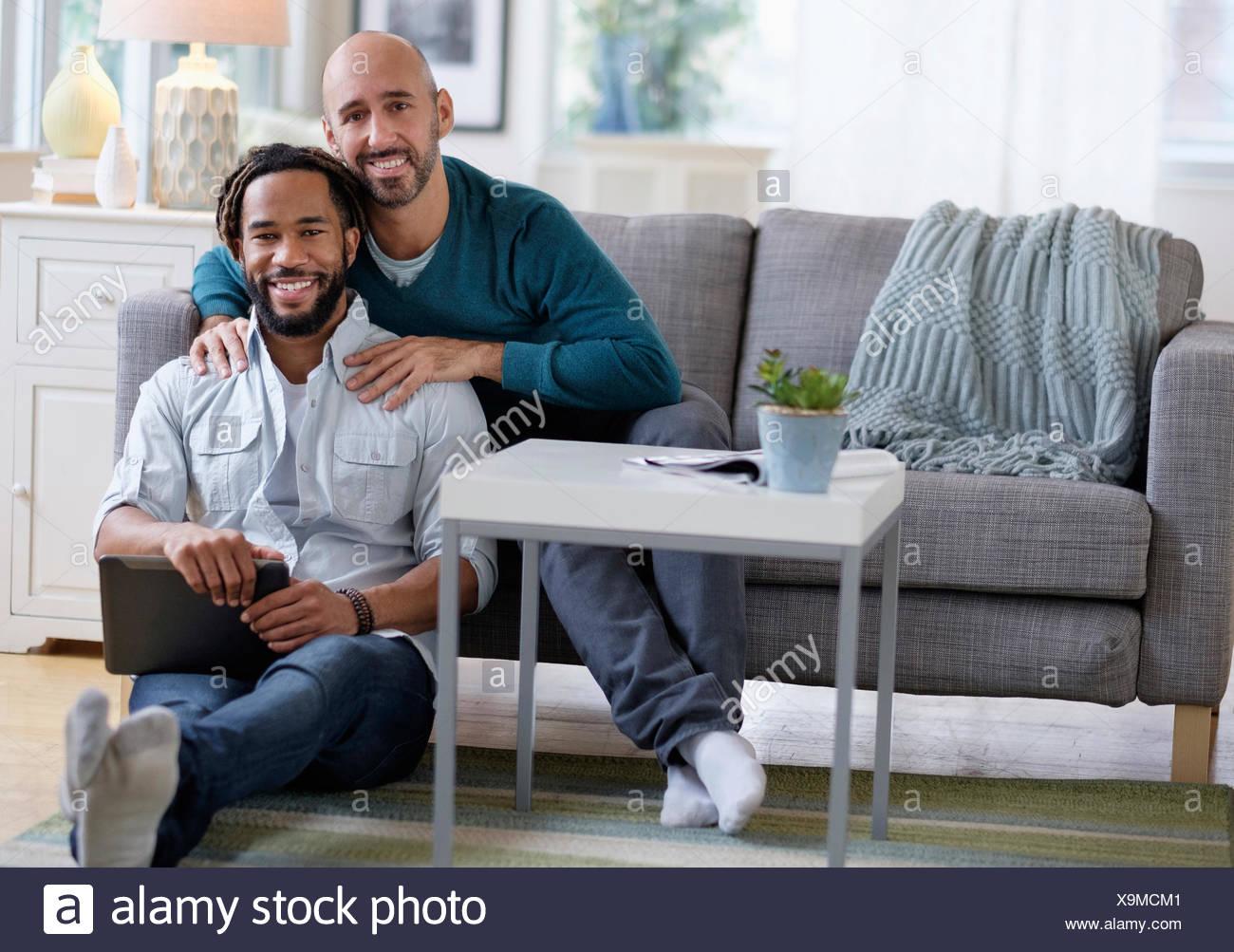 Masaje hombre novio por el sofá en el salón Imagen De Stock