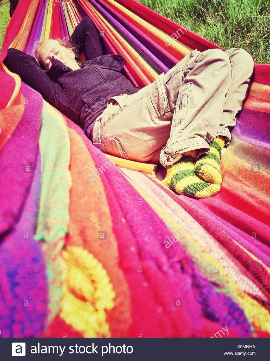 Mujer descansando en una hamaca Imagen De Stock