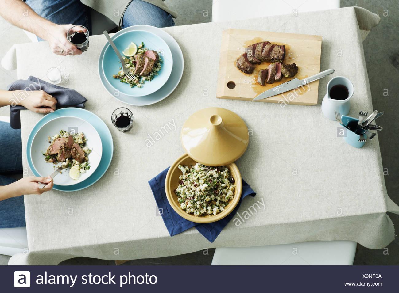 Vista aérea de la carne y el arroz en la mesa Imagen De Stock