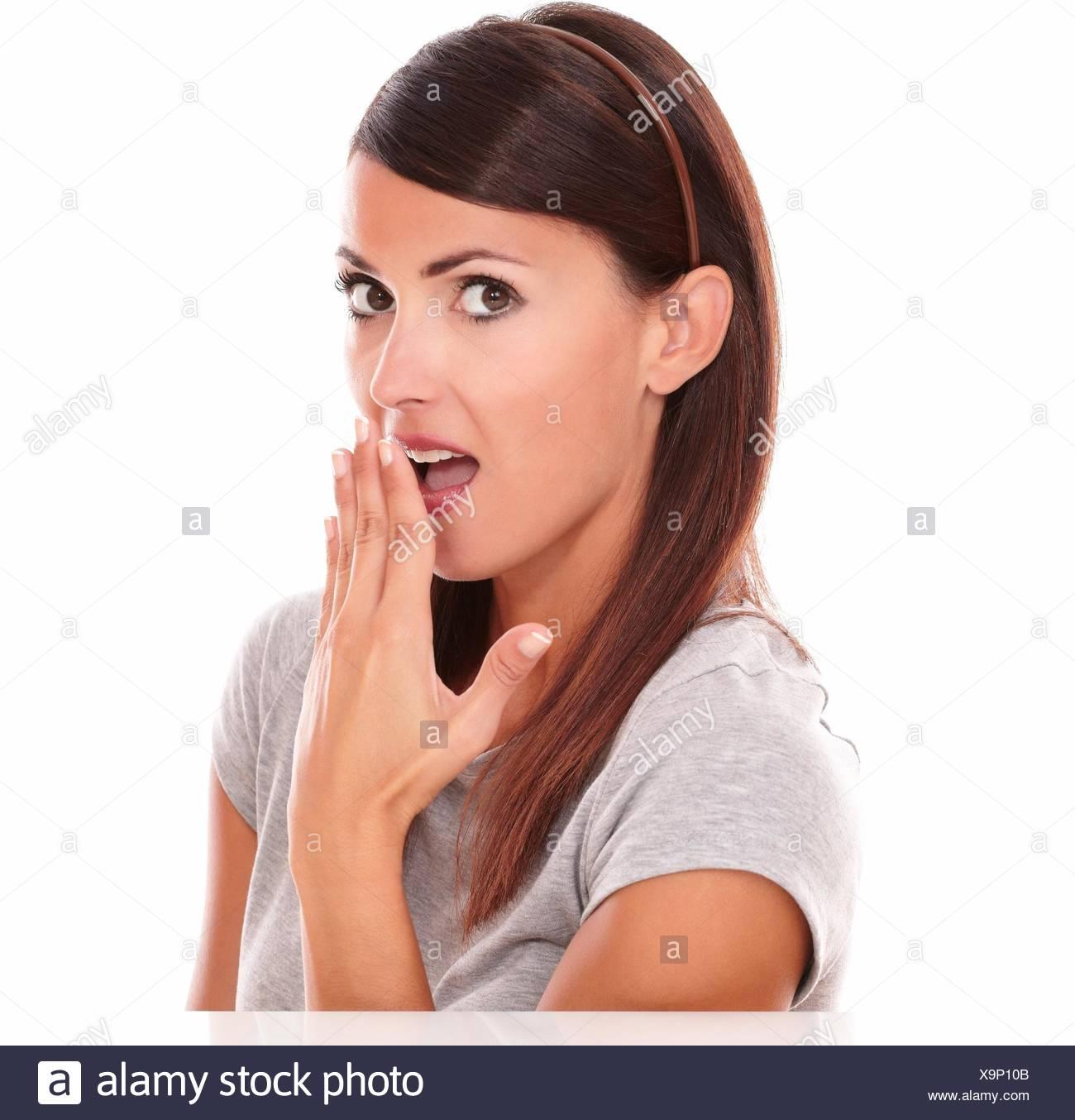 Retrato de mujer latina de adultos con embarrassed gesto mira sobre fondo blanco aisladas. Imagen De Stock