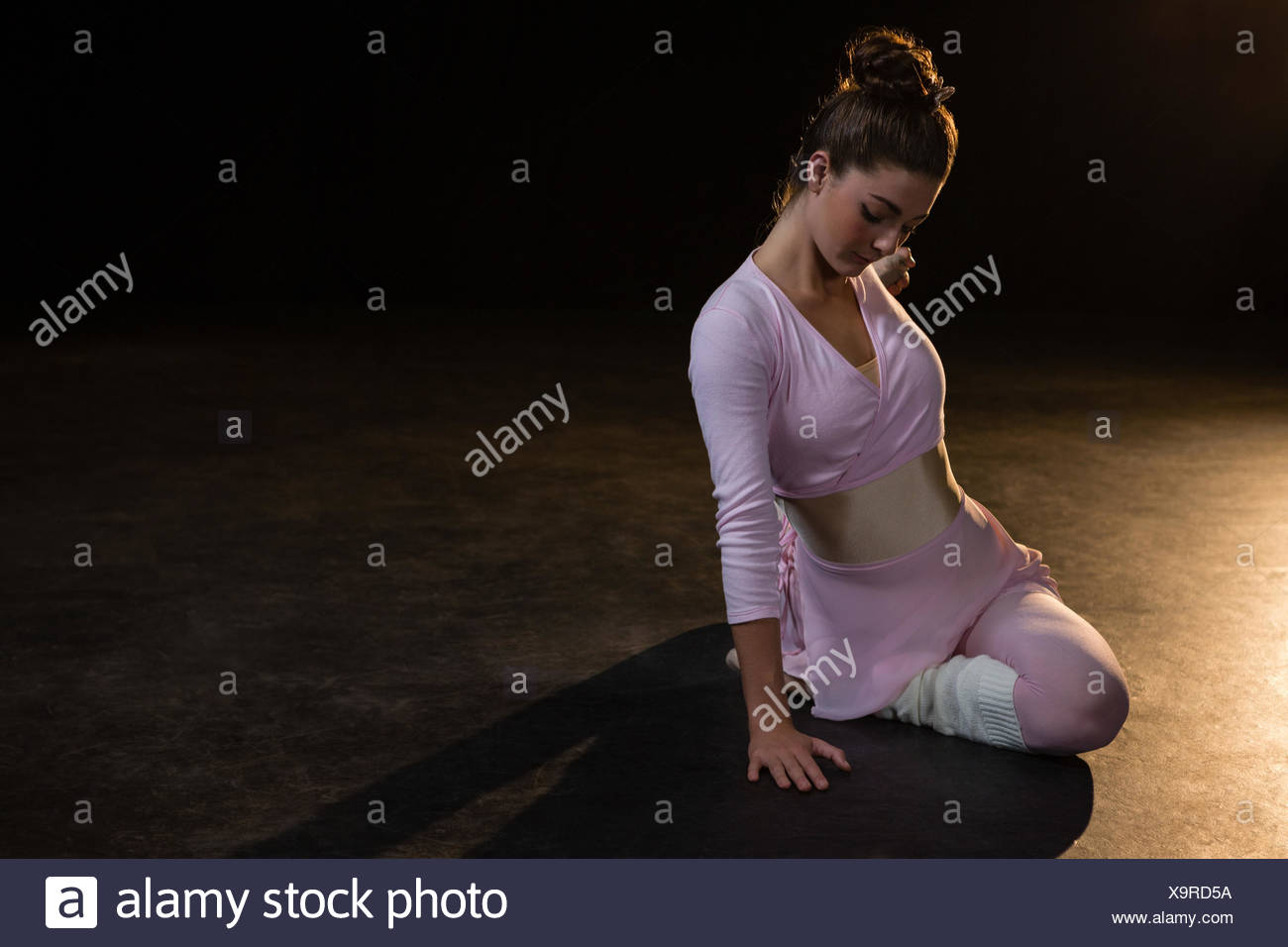Bailarina de ballet femenino estiramiento antes bailando en el studio Imagen De Stock