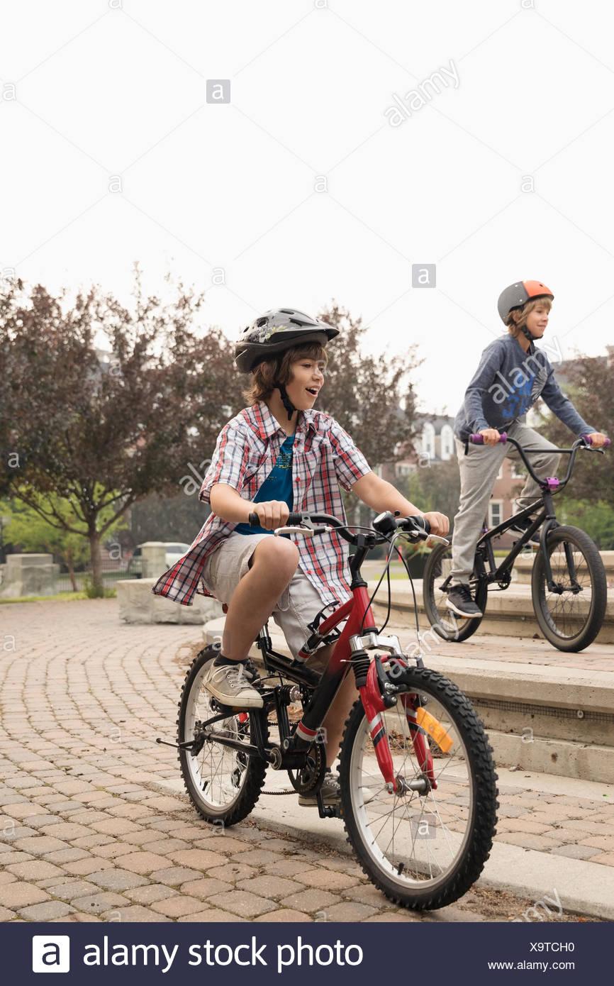 Chico amigos en bicicleta en el parque Imagen De Stock