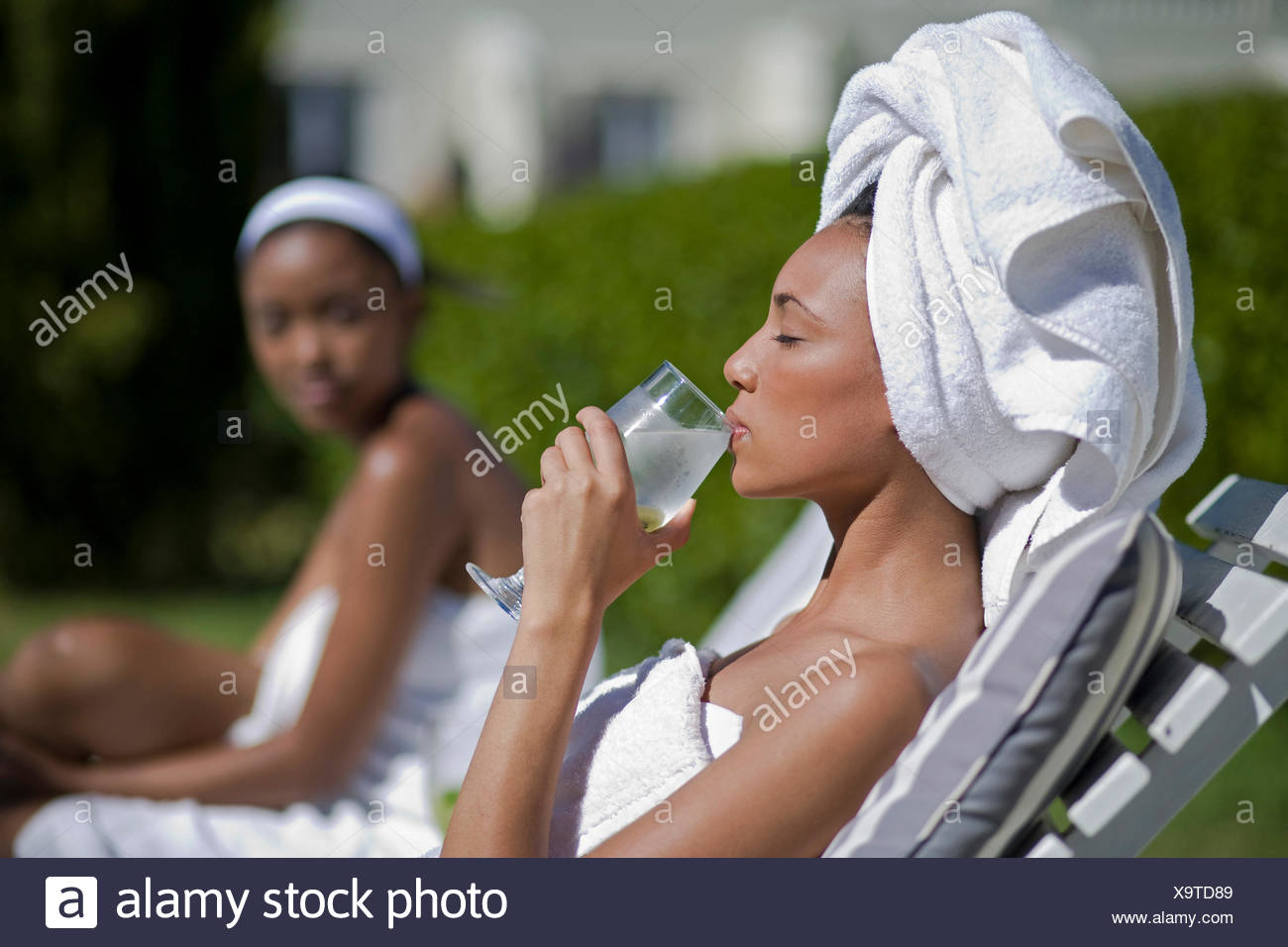 Las mujeres jóvenes están disfrutando de un día de spa y wellness Imagen De Stock