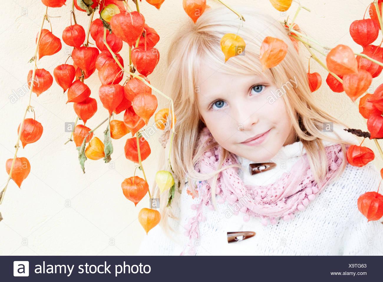 Retrato de niña sonriente (6-7) con las cerezas de invierno Imagen De Stock