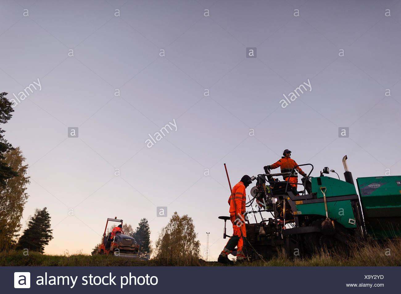 Suecia, Narke, dos trabajadores manuales reparación de carretera Imagen De Stock