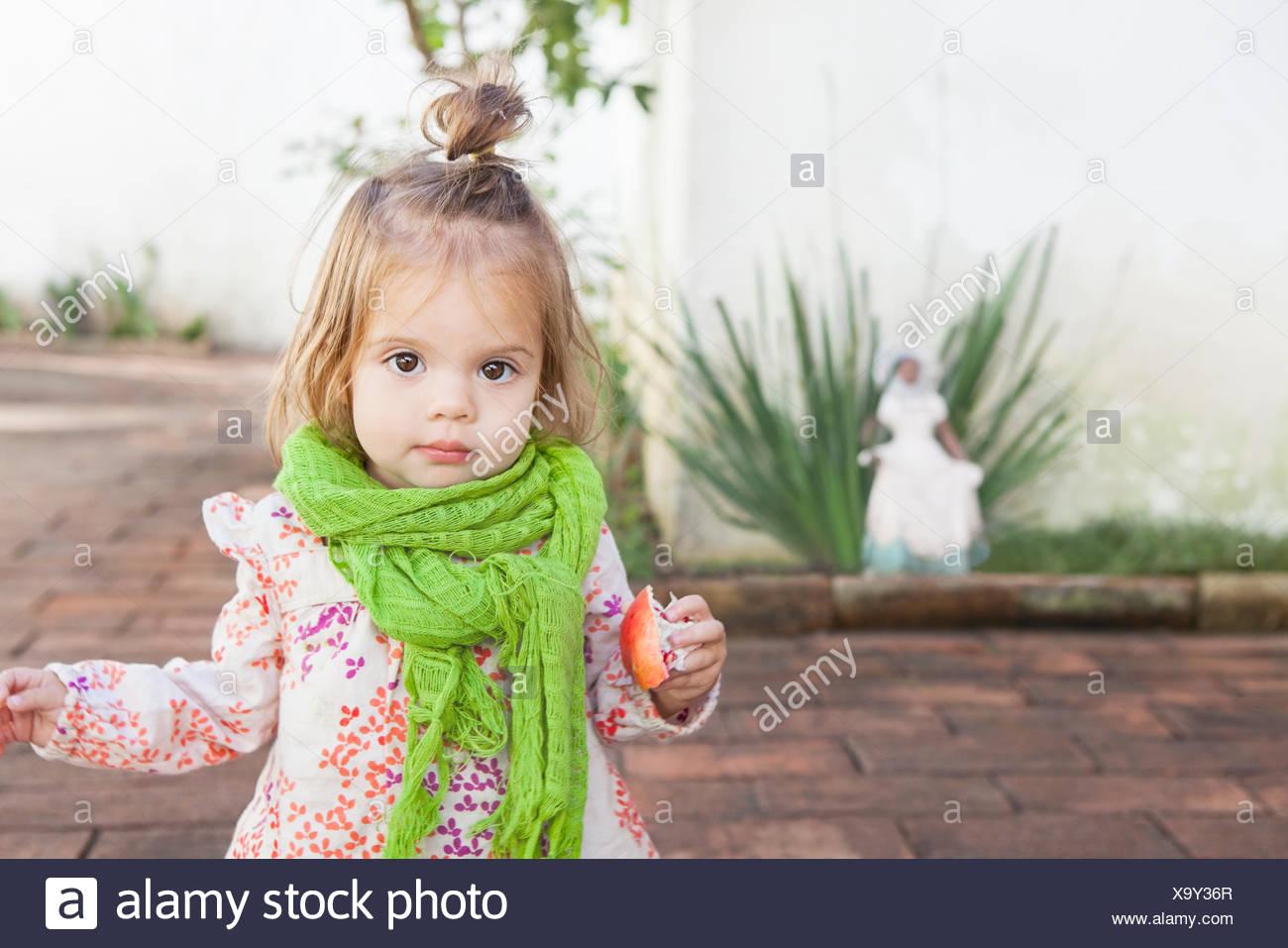 Niña comiendo fruta al aire libre Imagen De Stock