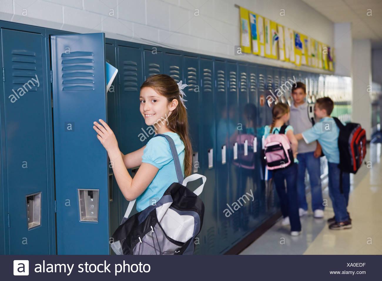 Estados Unidos, Illinois, Metamora, Escolares (8-9, 10-11) en taquillas en el corredor de la escuela Imagen De Stock
