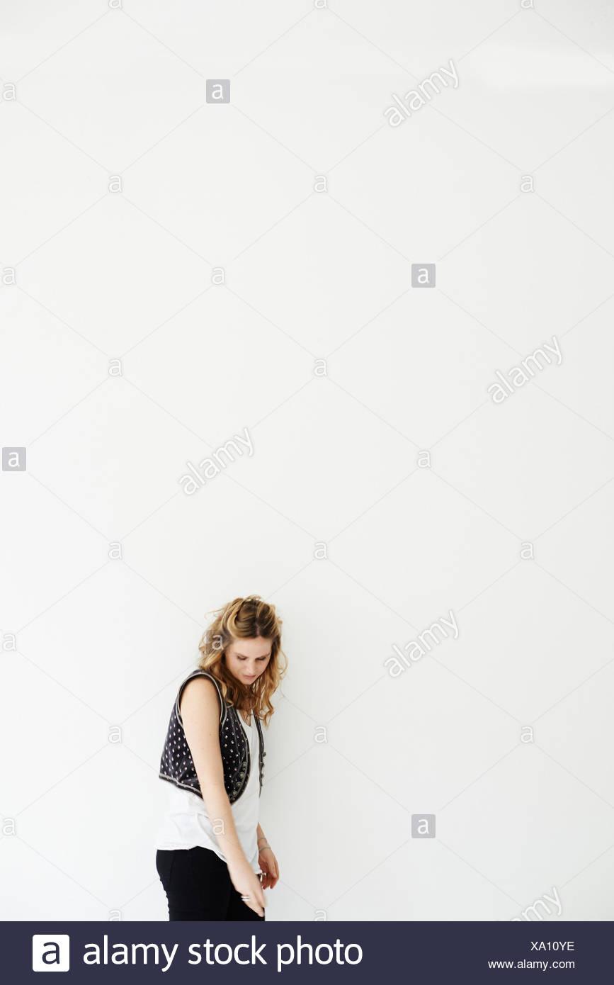 Mujer adulta media mirando hacia abajo, espacio de copia Imagen De Stock