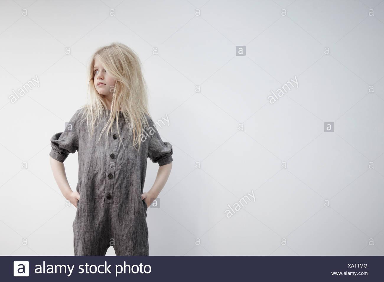 Retrato de chica con las manos en las caderas Imagen De Stock