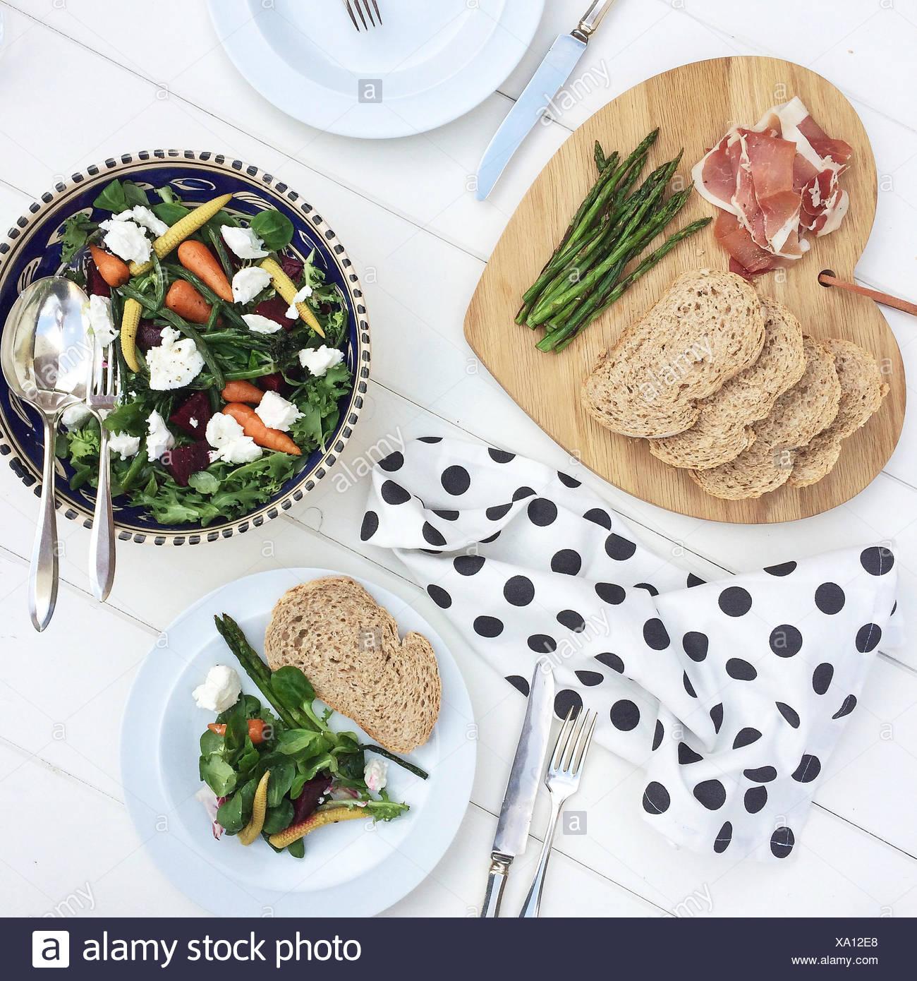 Pan, jamón de Parma y ensaladas. Imagen De Stock