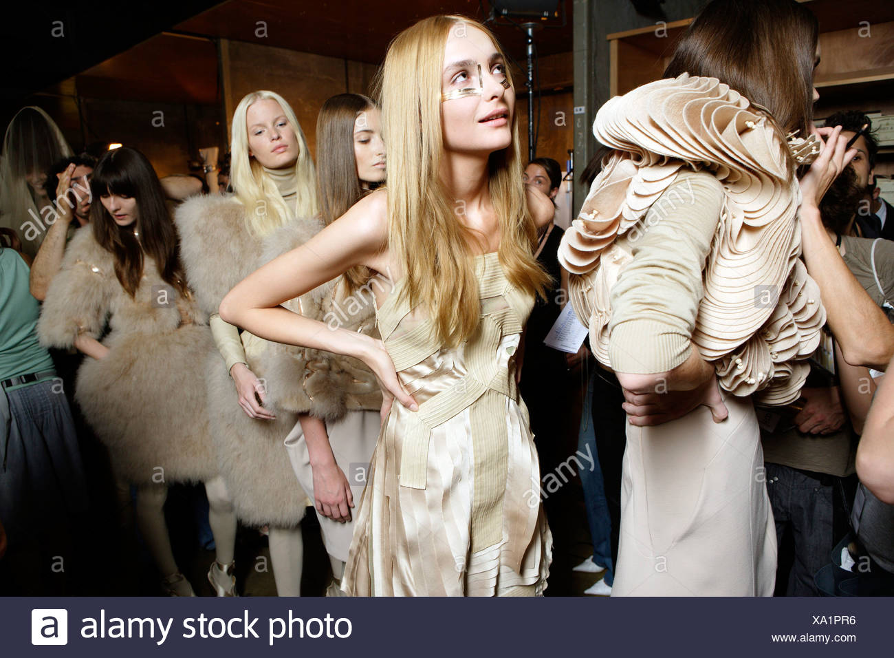 Backstage Givenchy de Alta Costura de París otoño invierno un grupo de  mujeres modelos backstage esperando 883b95b7067