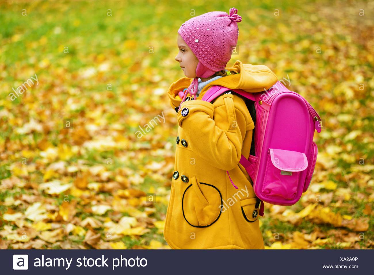gama exclusiva códigos de cupón auténtico Chica en amarillo y rosa abrigo mochila va a la escuela Foto ...