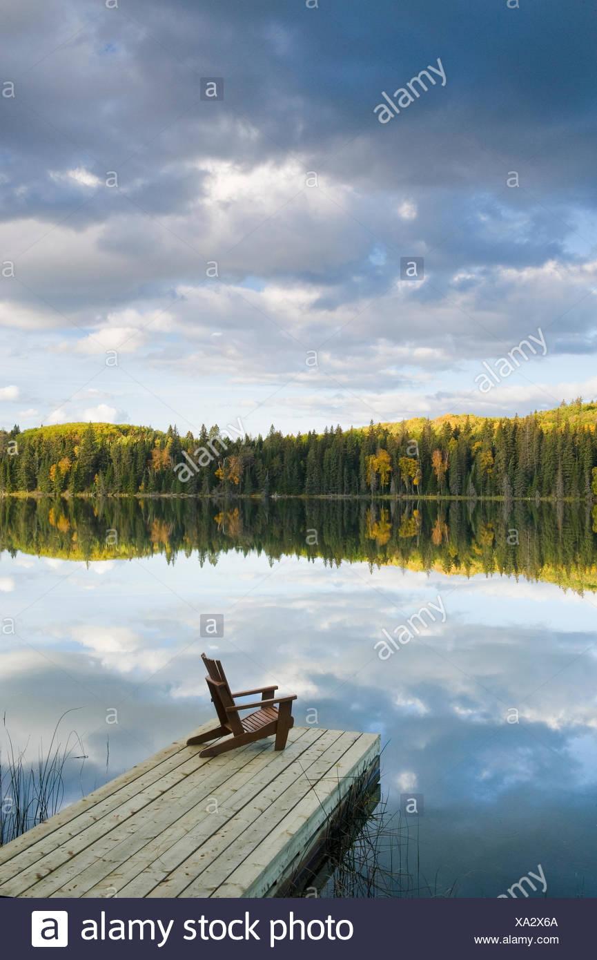 Muskoka silla en dock, pulverizar el lago , Pato parque provincial de montaña, Manitoba, Canadá Imagen De Stock