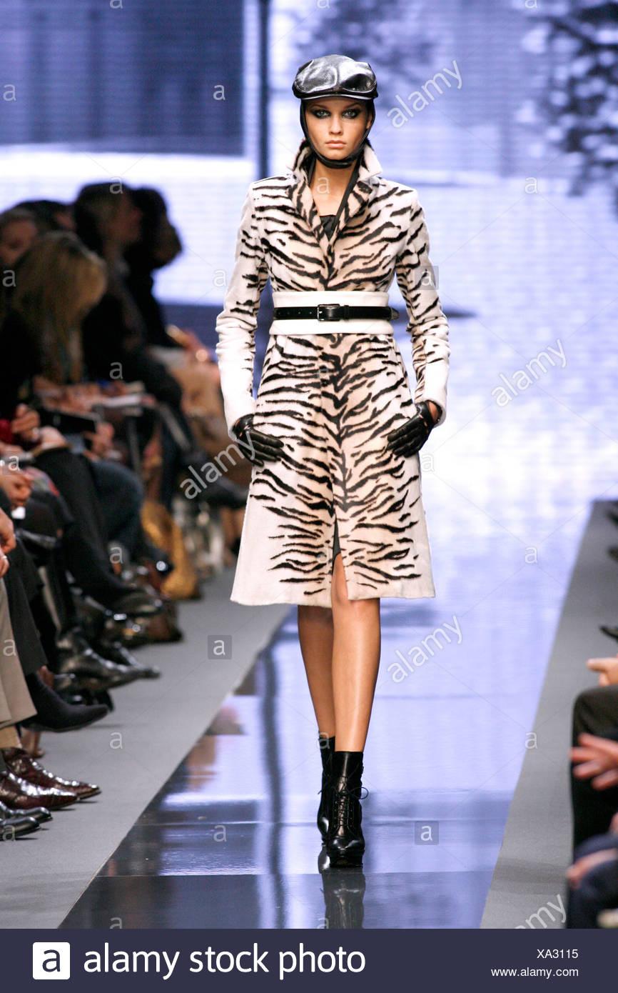 fbc6892c4c Celine Paris listo para ponerse Otoño Invierno modelo Laura Blokhina  vestidos de cuero negro tapa plana