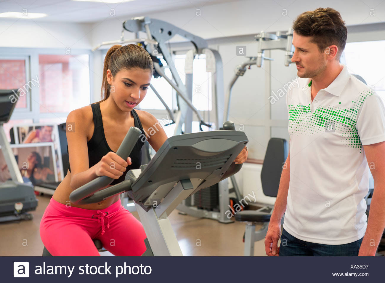 Instructor de una mujer en clase de spinning en el gimnasio Imagen De Stock