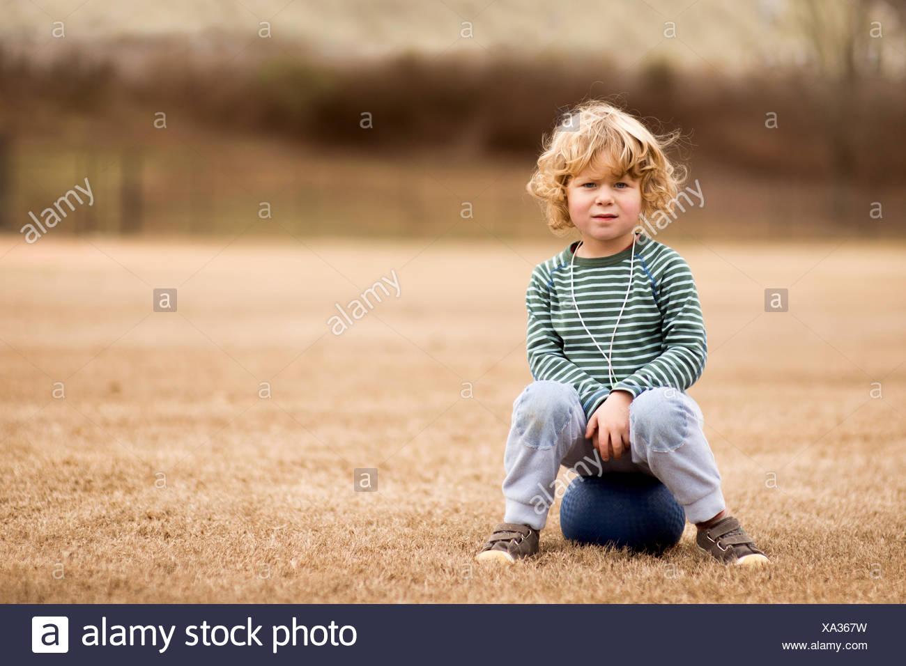 Ee.Uu., Carolina del Sur, el condado de Greenville, Greenville, Boy (2-3) con la bola en el campo de fútbol Foto de stock