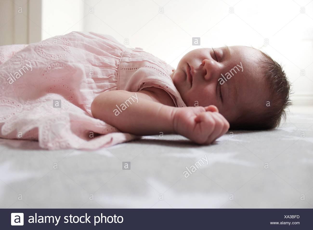 Baby Girl acostado sobre una manta para dormir Imagen De Stock