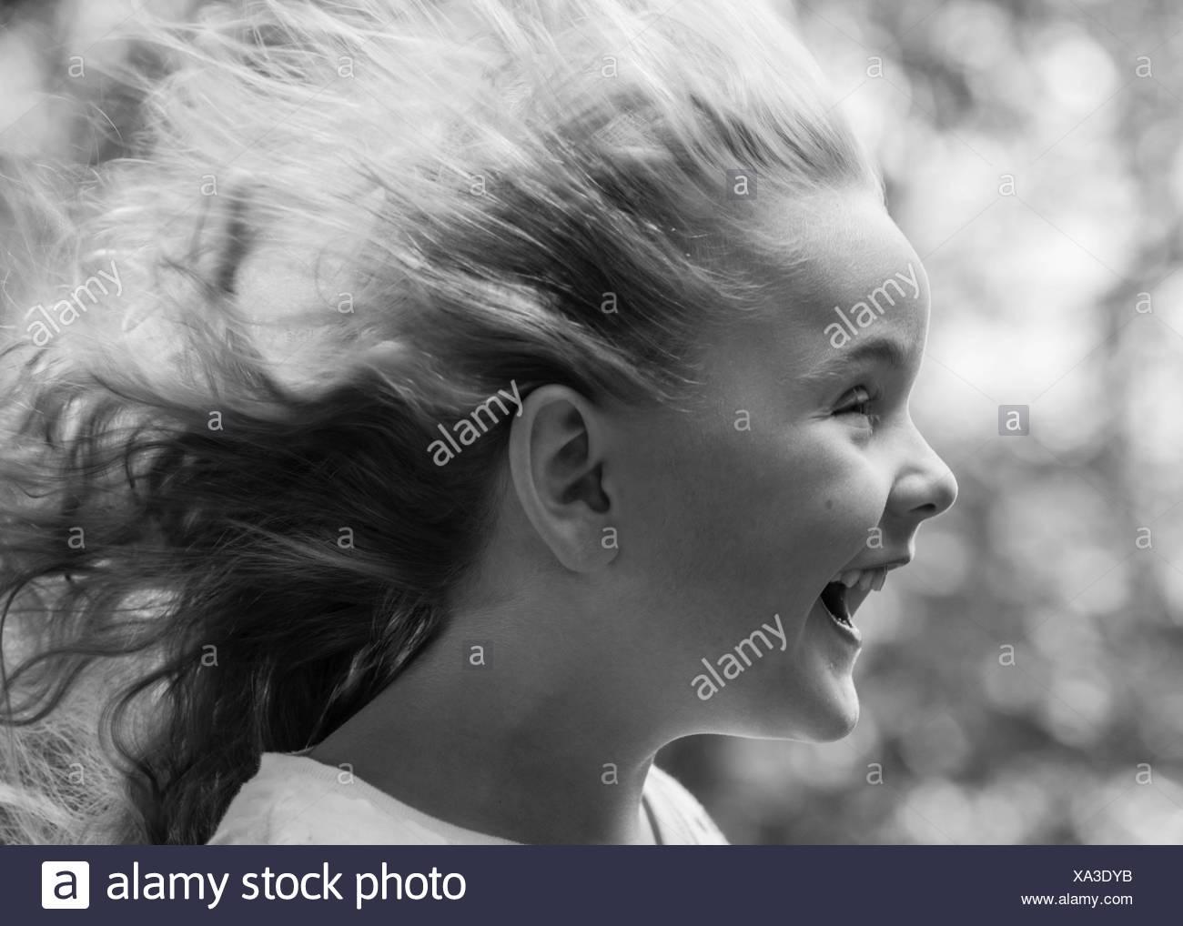 Chica (4-5) con el cabello quemado Imagen De Stock