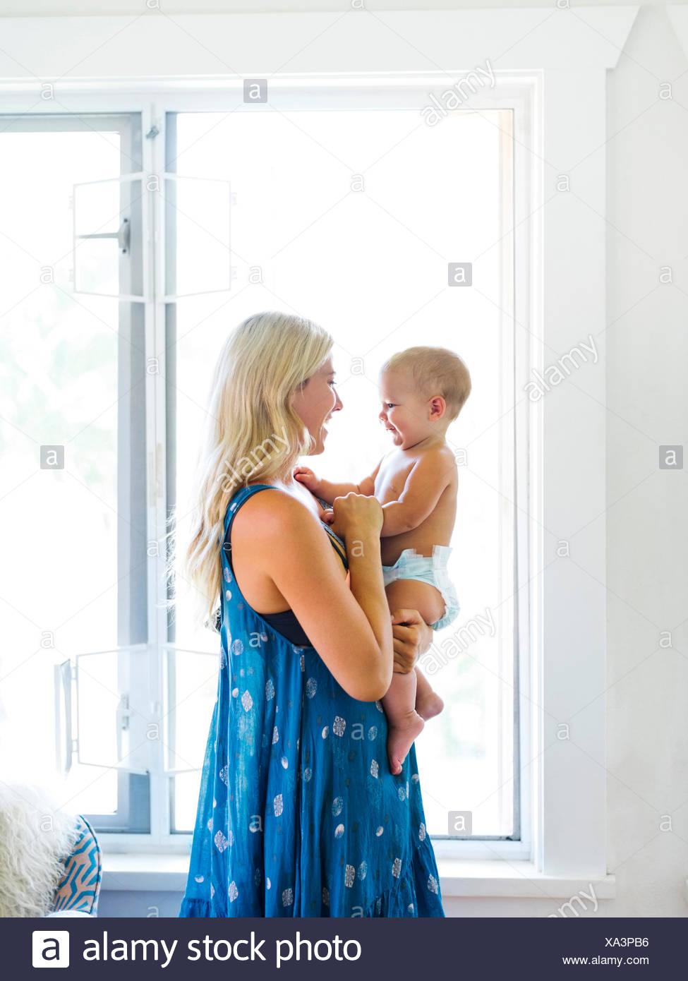 Madre sosteniendo Baby Boy (18-23 meses) Imagen De Stock