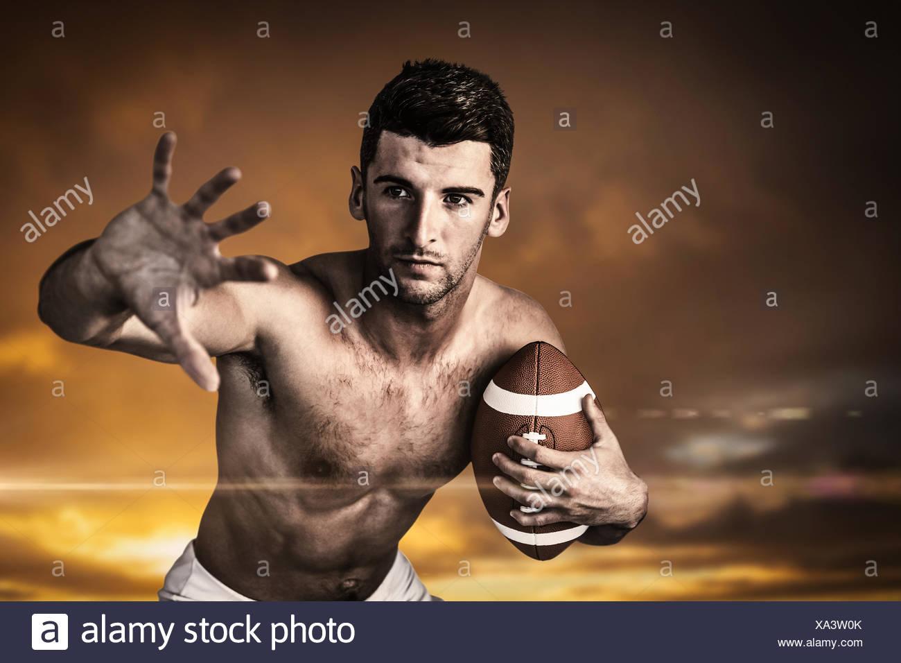 Imagen compuesta de descamisados, jugador de rugby defender Foto de stock