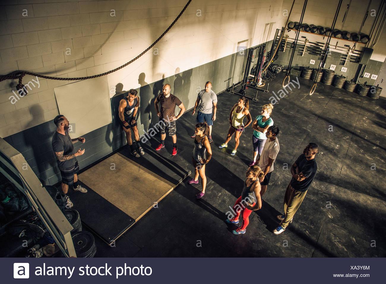 Formador hablando con el grupo en el gimnasio Fitness Imagen De Stock