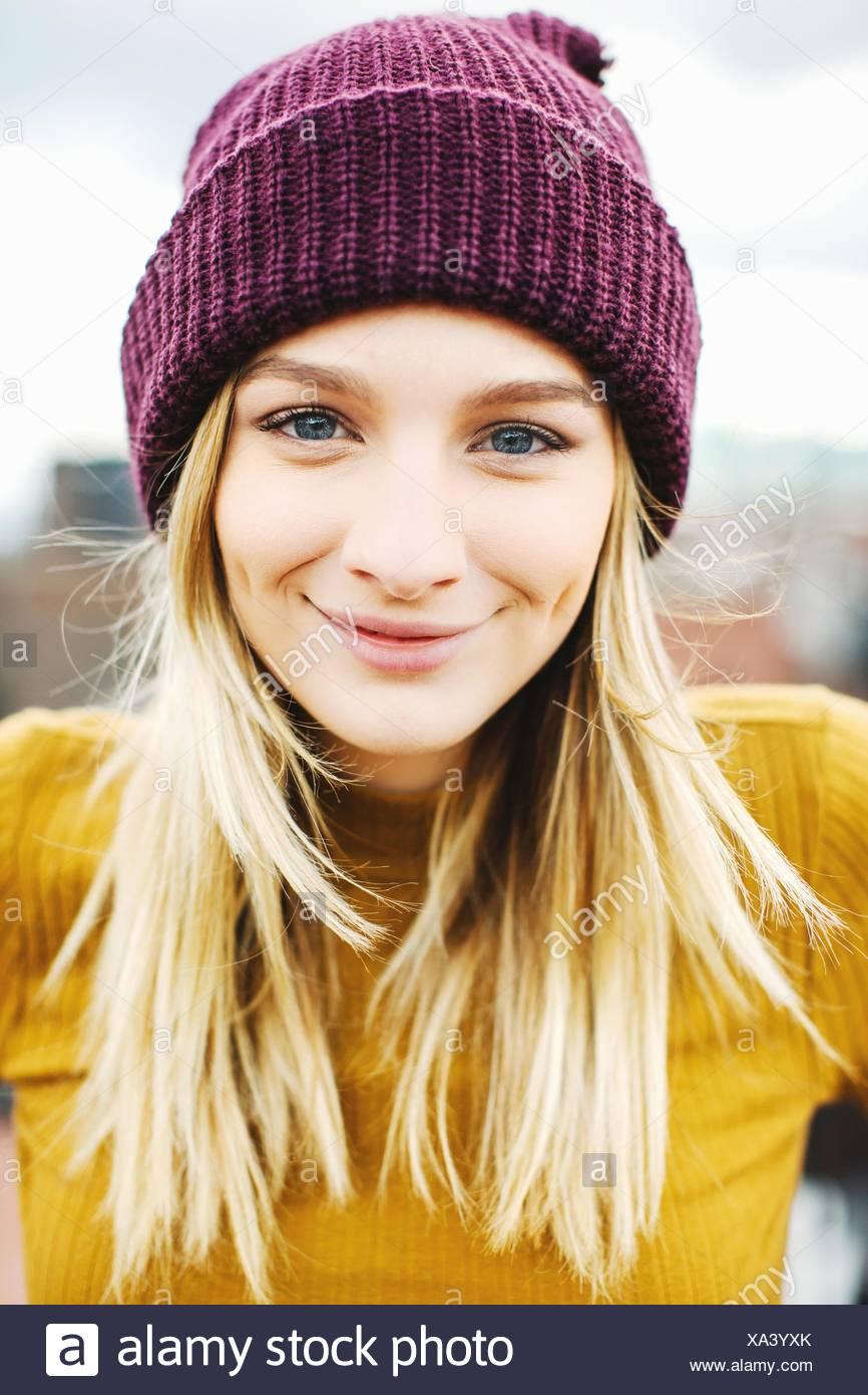 Retrato de joven mujer vistiendo gorro de punto Imagen De Stock