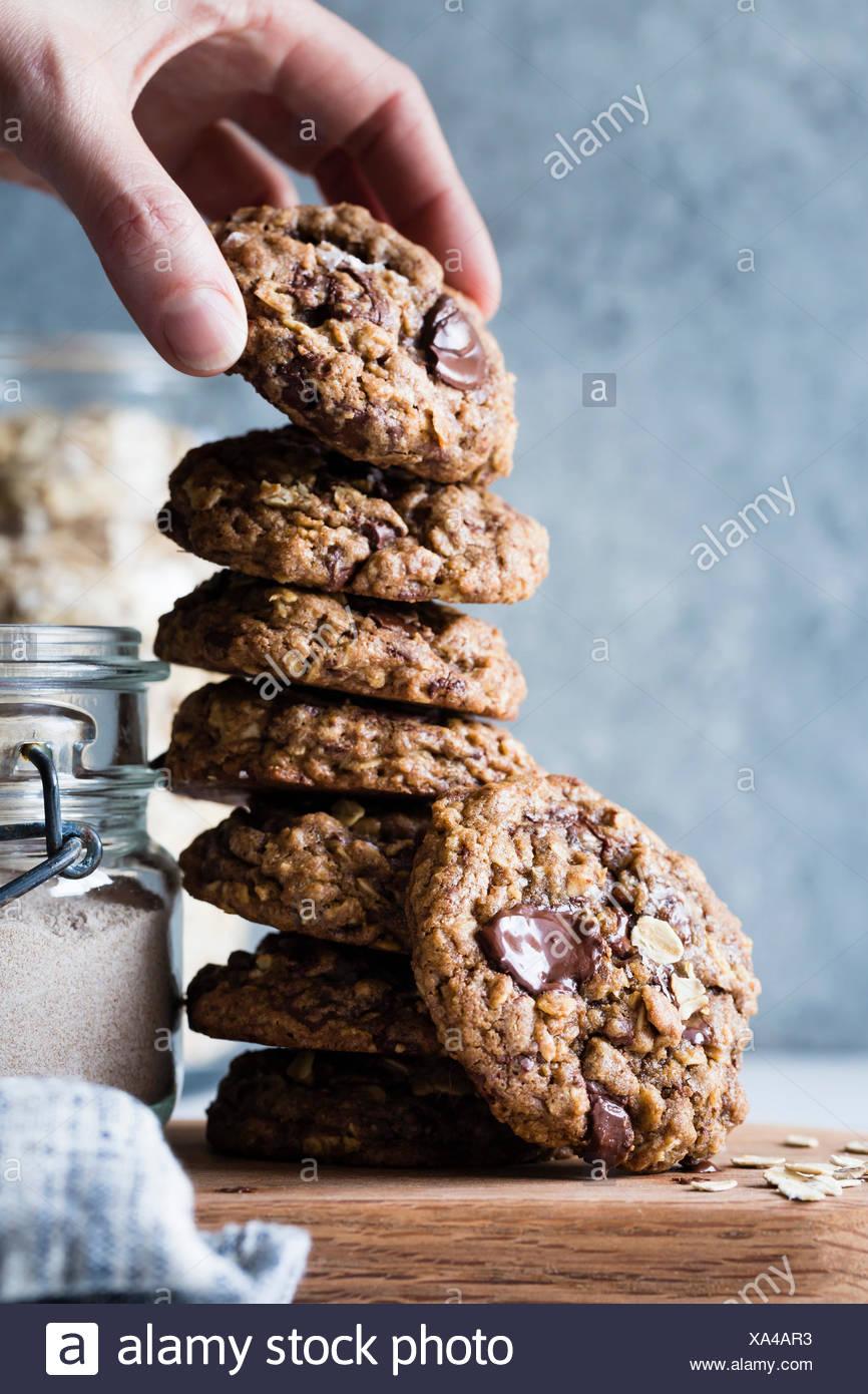 Los copos de avena galletas con trocitos de chocolate. Foto de stock