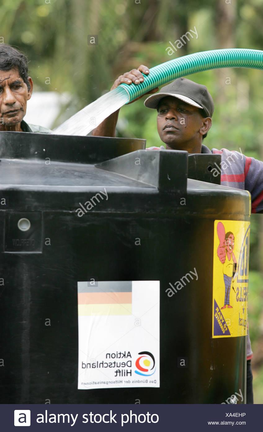 Hacer tanques de agua para la región afectada por el tsunami, Imagen De Stock