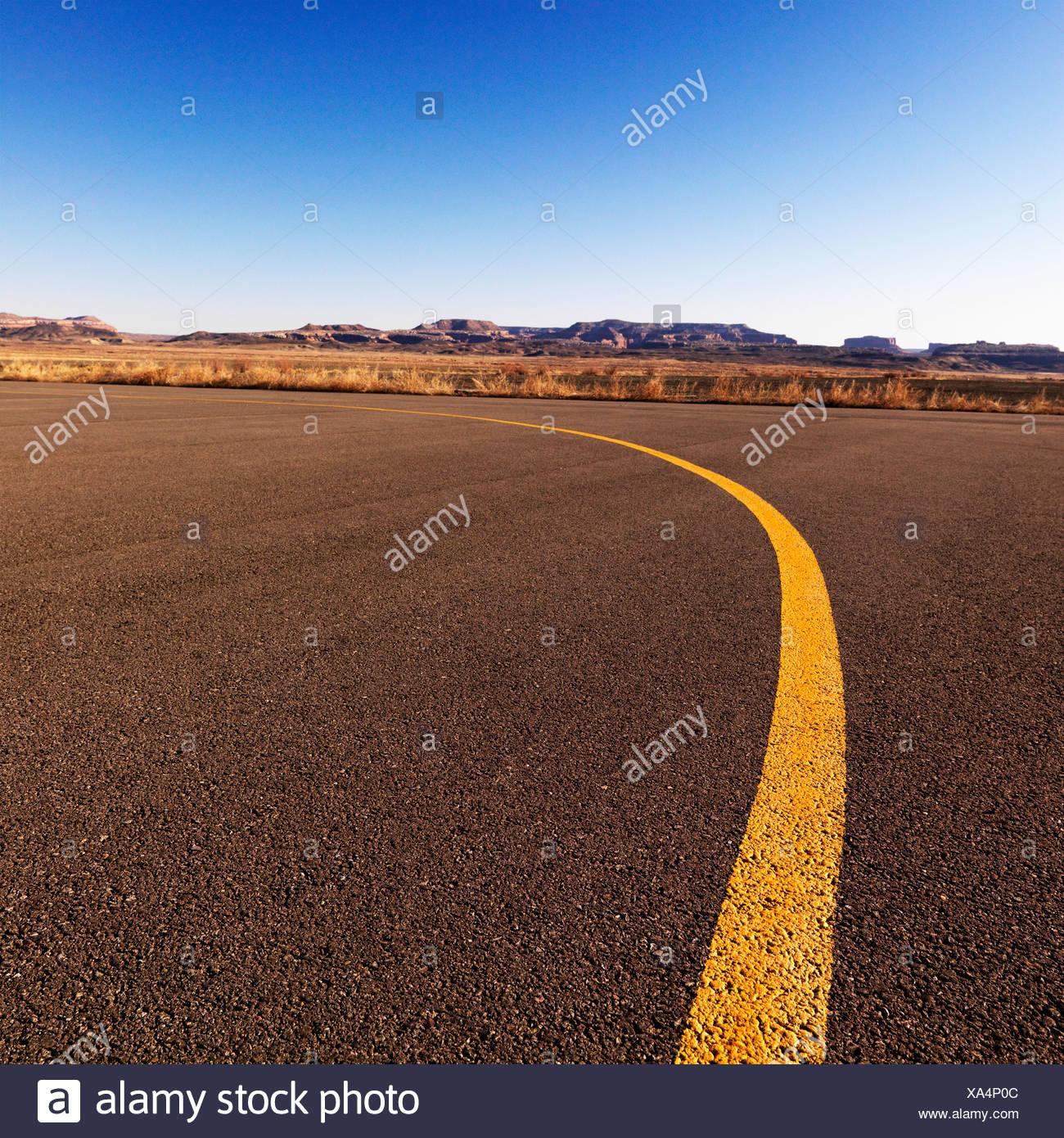 Línea amarilla sobre el asfalto a Canyonlands Field Airport Utah Estados Unidos Imagen De Stock