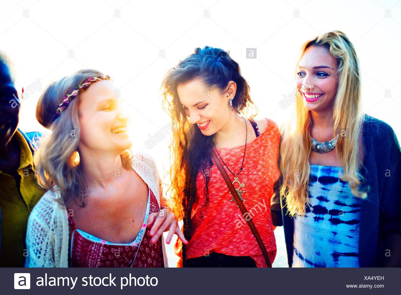 Las mujeres amigos felicidad pegado Concepto de verano Imagen De Stock