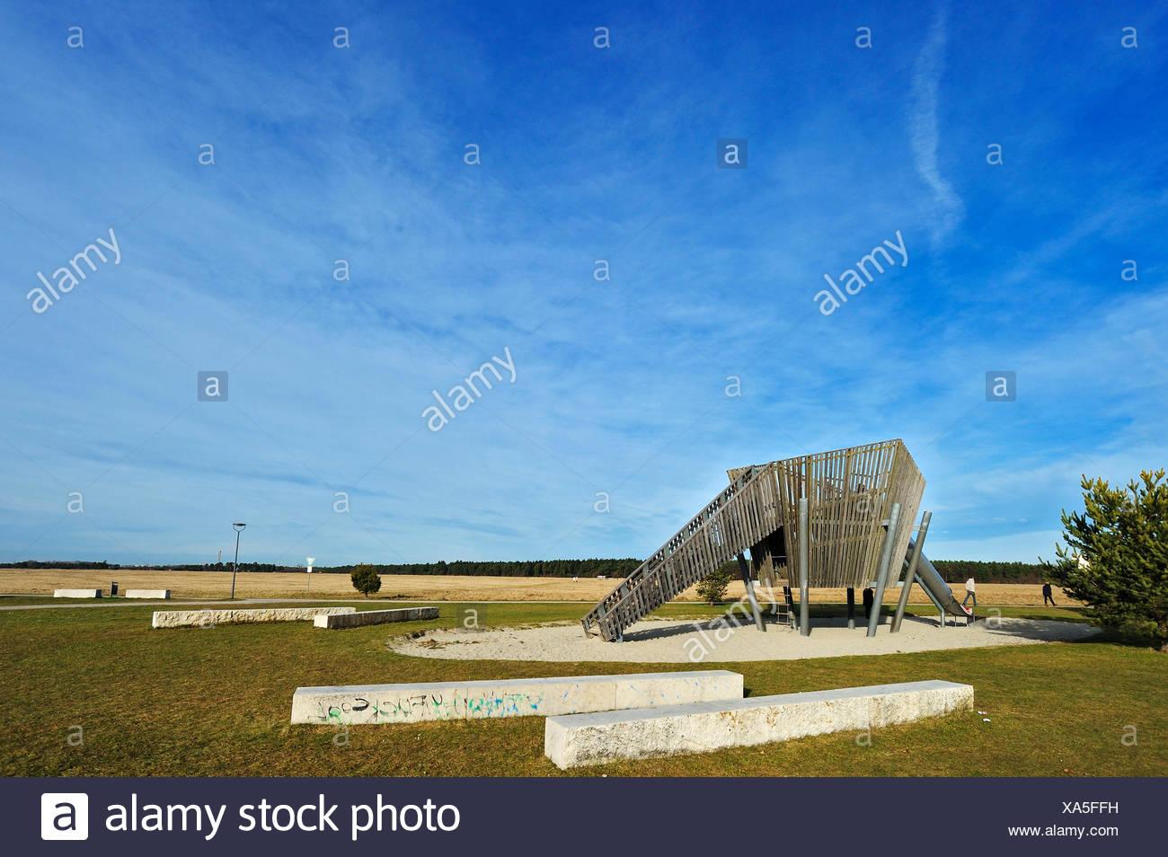 Bancos de cemento y una diapositiva en un patio de juegos Imagen De Stock