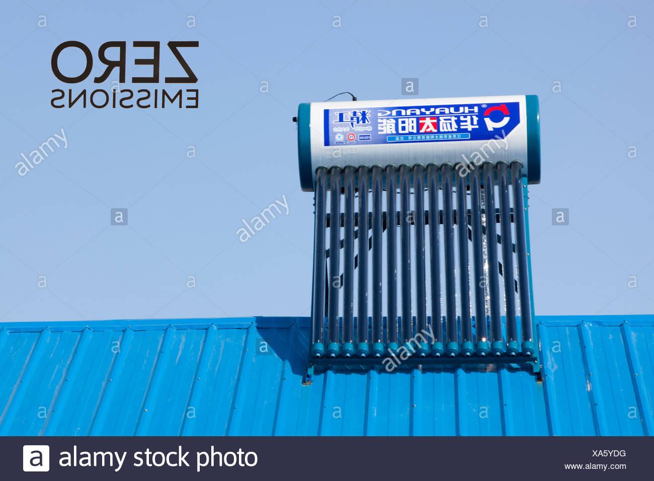 Los calentadores de agua solares en el tejado de una casa en China. Imagen De Stock