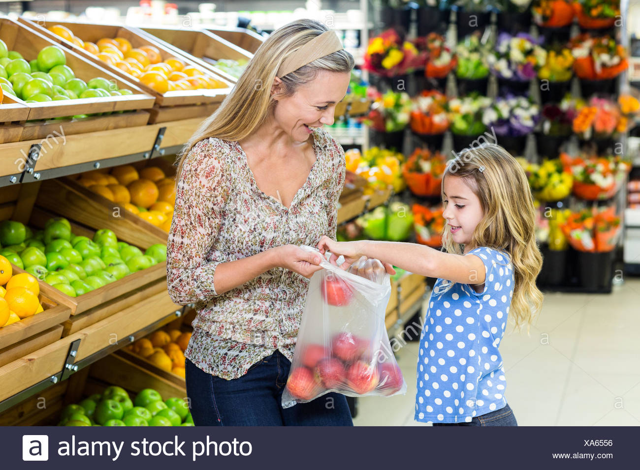 Madre e hija sacando apple Imagen De Stock