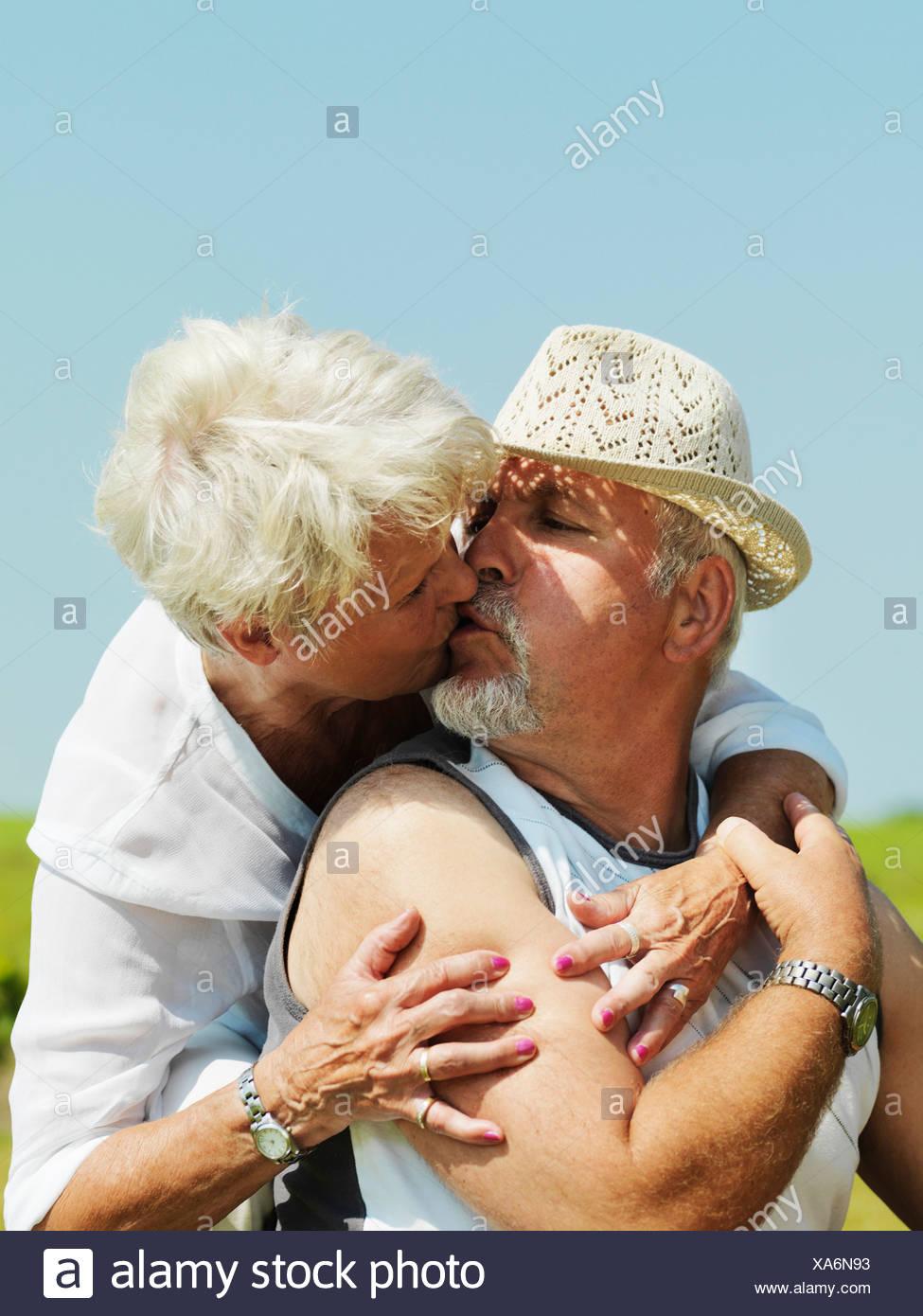 Pareja de ancianos besos al aire libre Imagen De Stock