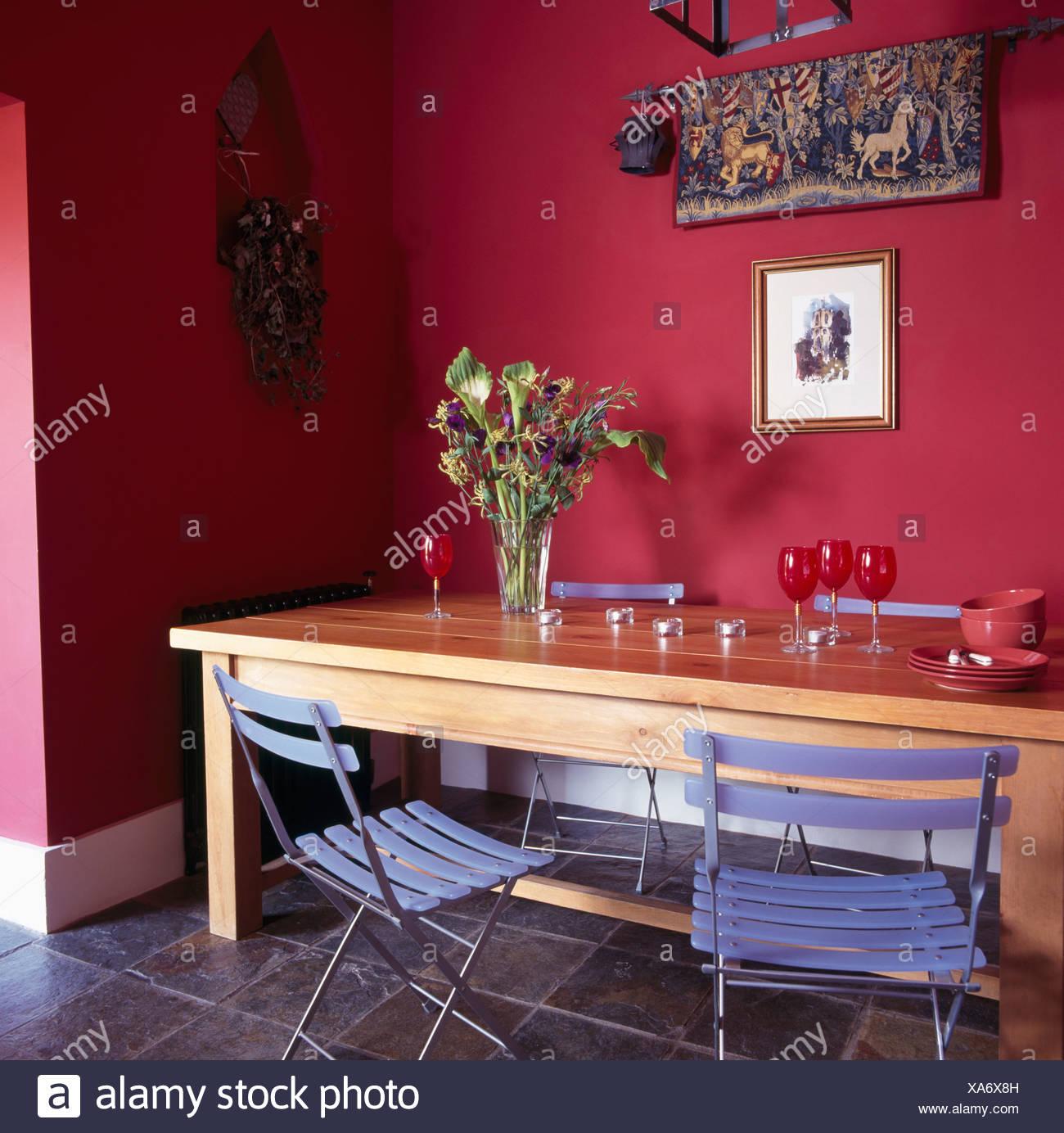 Ikea sillas de plástico plegables azul en la sencilla mesa de madera ...