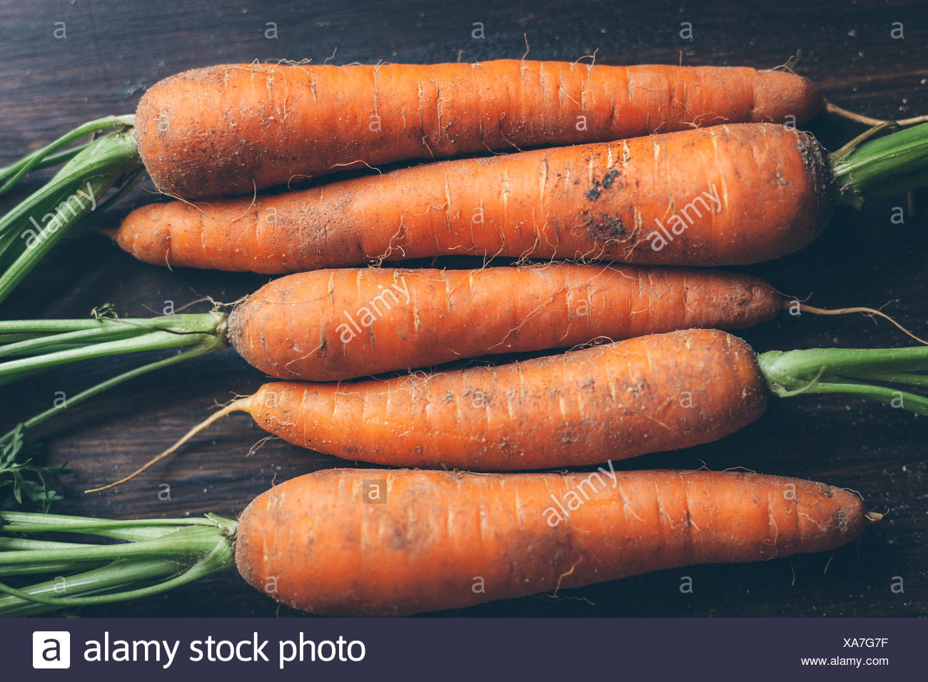 Un alto ángulo de visualización de las zanahorias en la tabla Imagen De Stock