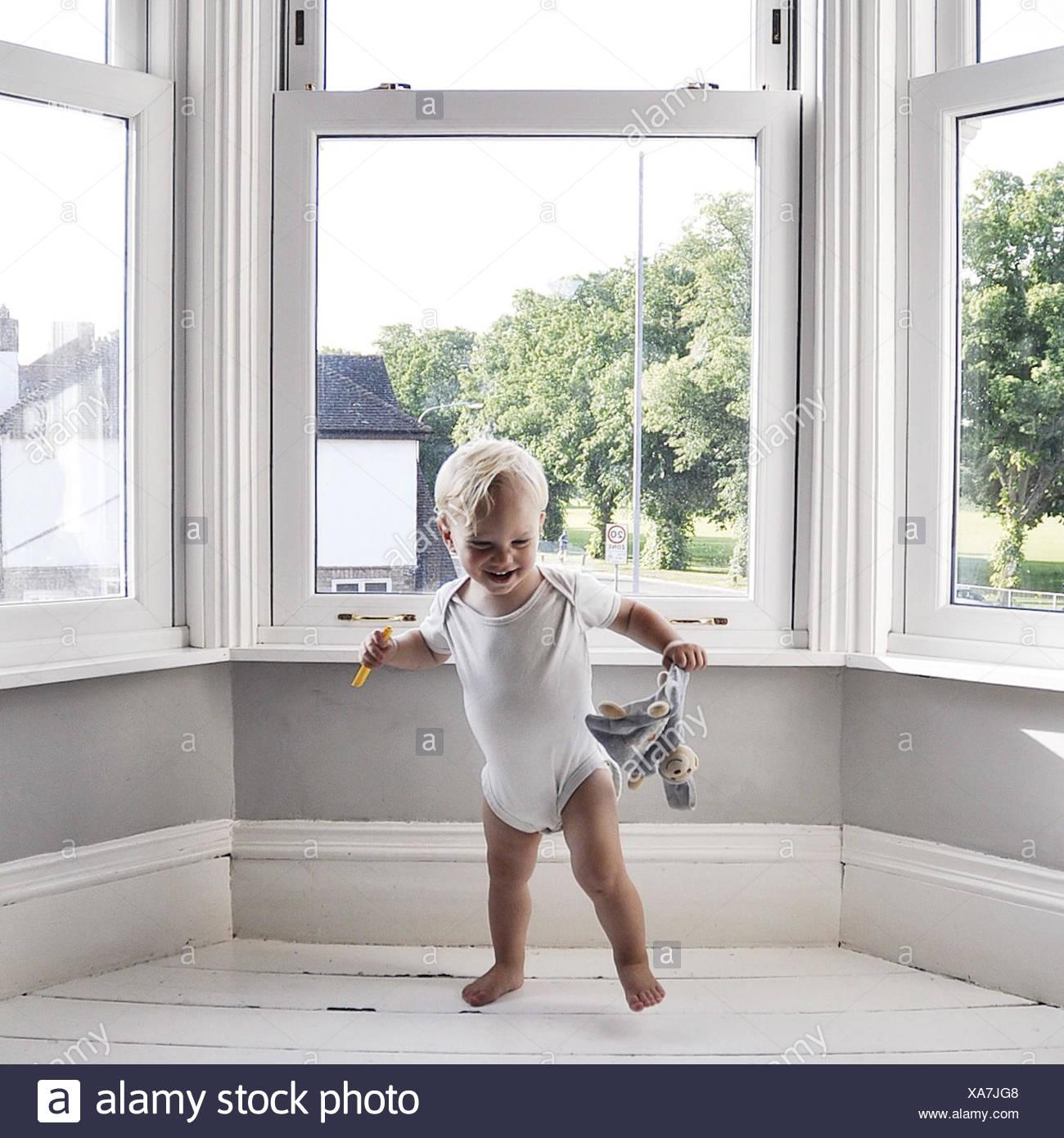 Chico bailando en el salón la celebración de juguete Imagen De Stock