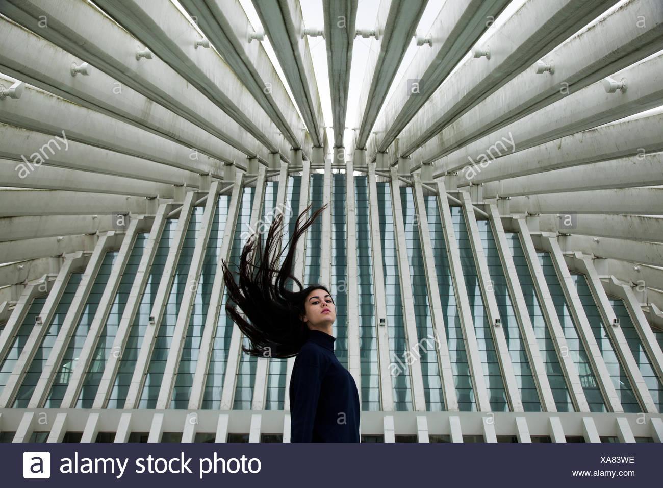 Mujer joven moviendo su cabeza Imagen De Stock