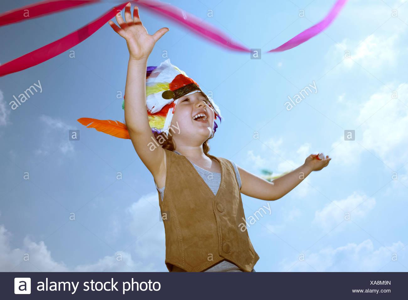 Niñito en Indian tocado con cinta Imagen De Stock