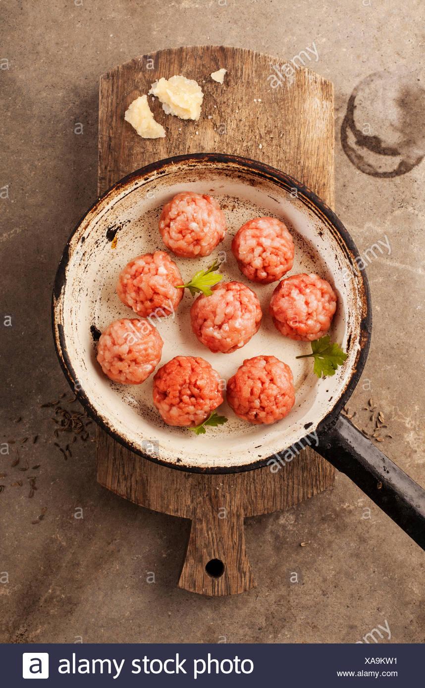 Albóndigas cocinar con carne picada, perejil, queso parmesano, vino y huevos. Imagen De Stock