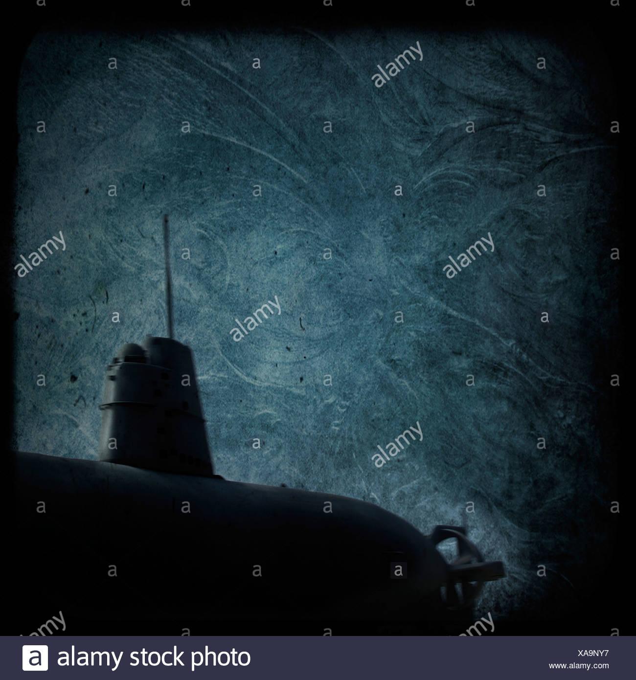 Un submarino oscuro bajo el agua. Imagen De Stock