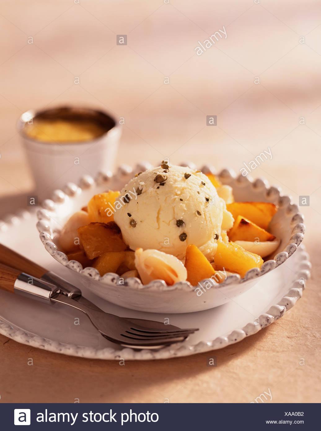 Pan frito frutas exóticas y helado de pimienta verde Foto de stock