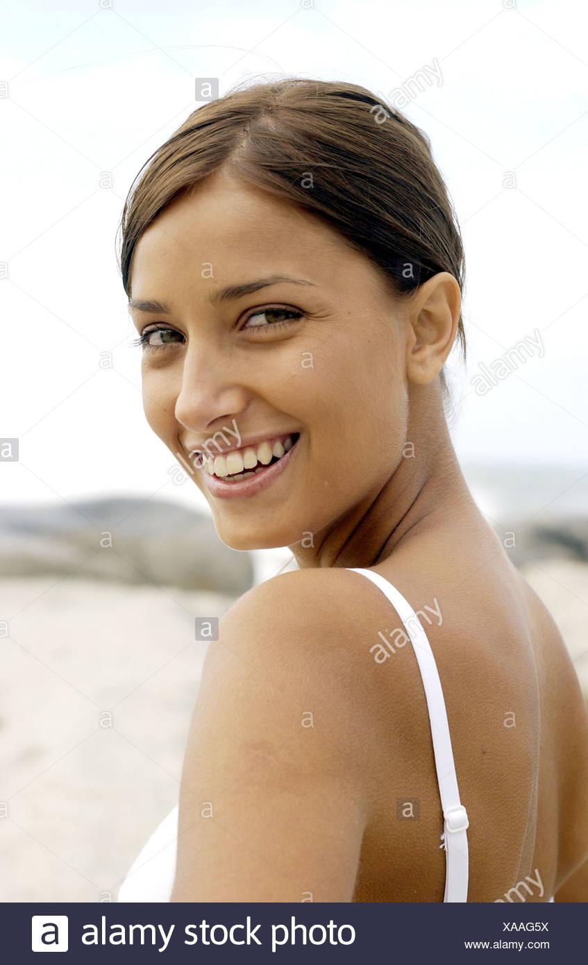 Perfil de Semi morena hembra pelo rostro vestidos de blanco chaleco top  mirando hacia atrás a 5833b447c408