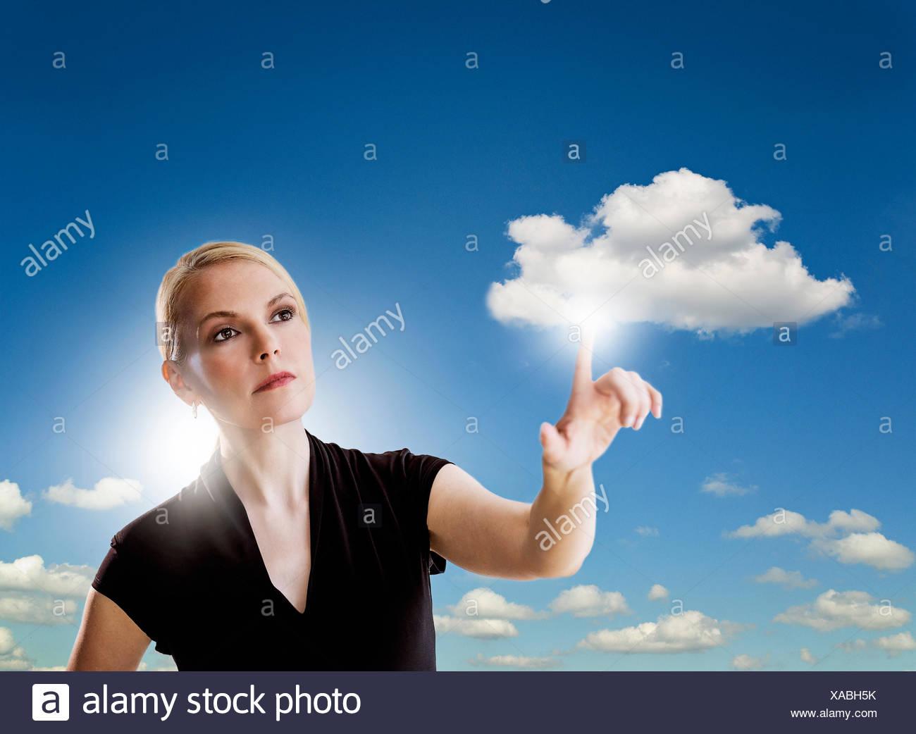 Retrato de mujer tocando cloud Imagen De Stock