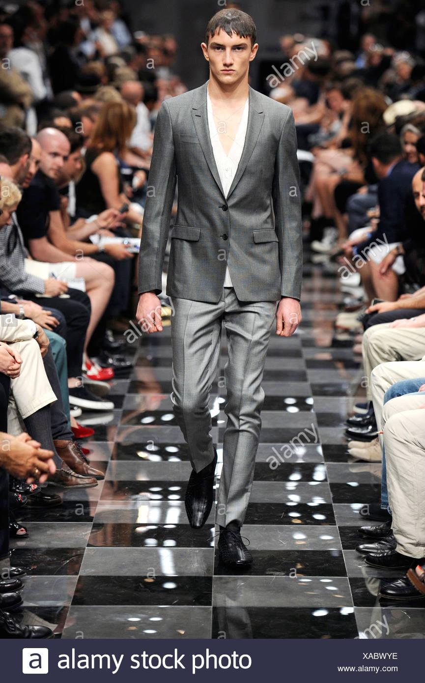 Prada Milan listo para vestir Primavera Verano hombres vestidos de traje  gris chaqueta y pantalón slim 209bcaef7f91