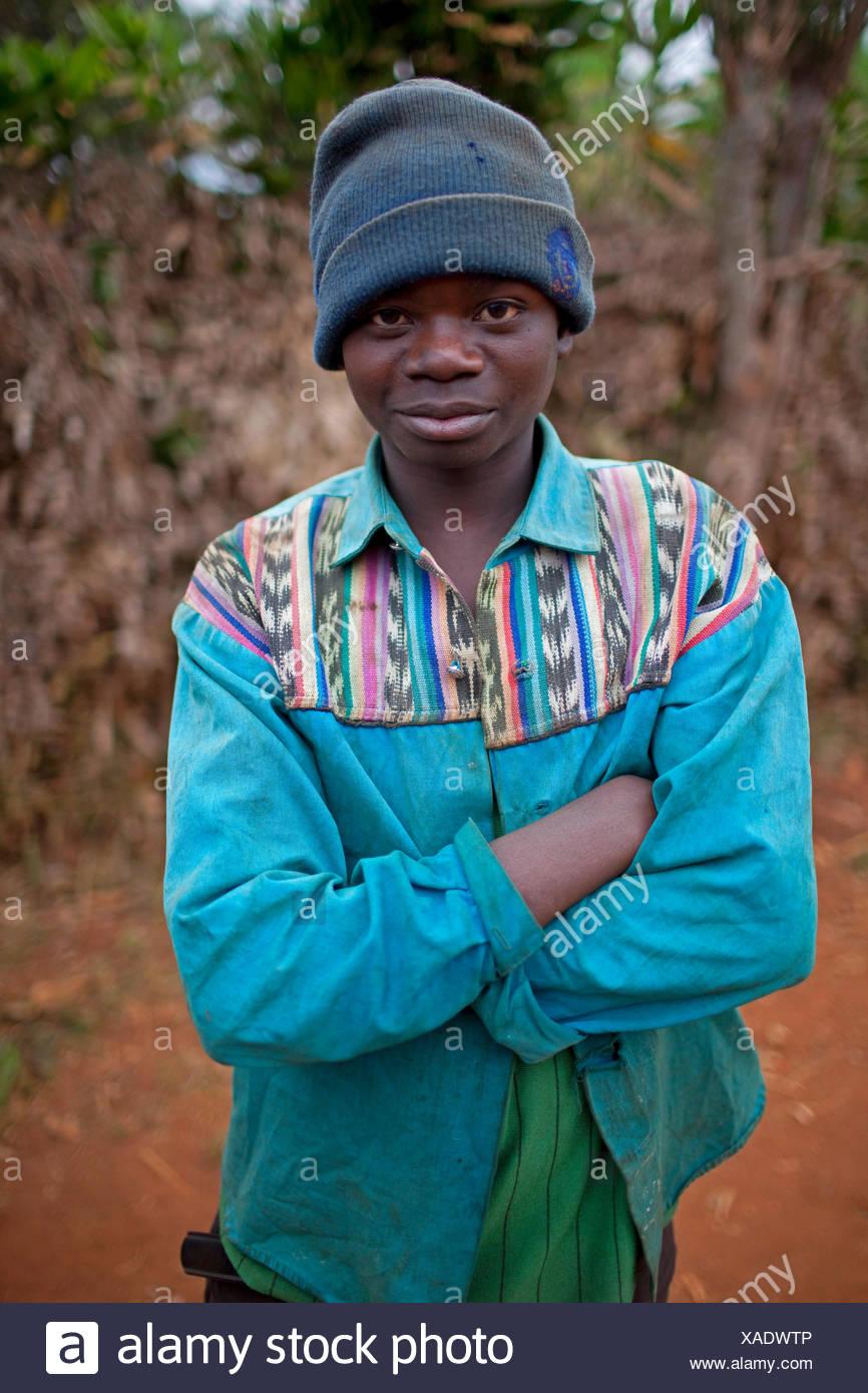 Retrato de un hombre joven con los brazos cruzados vistiendo woolly hat, Burundi, Karuzi, Buhiga Foto de stock